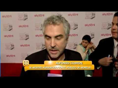 Alfonso Cuarón y Eugenio Derbez se hacen reverencias